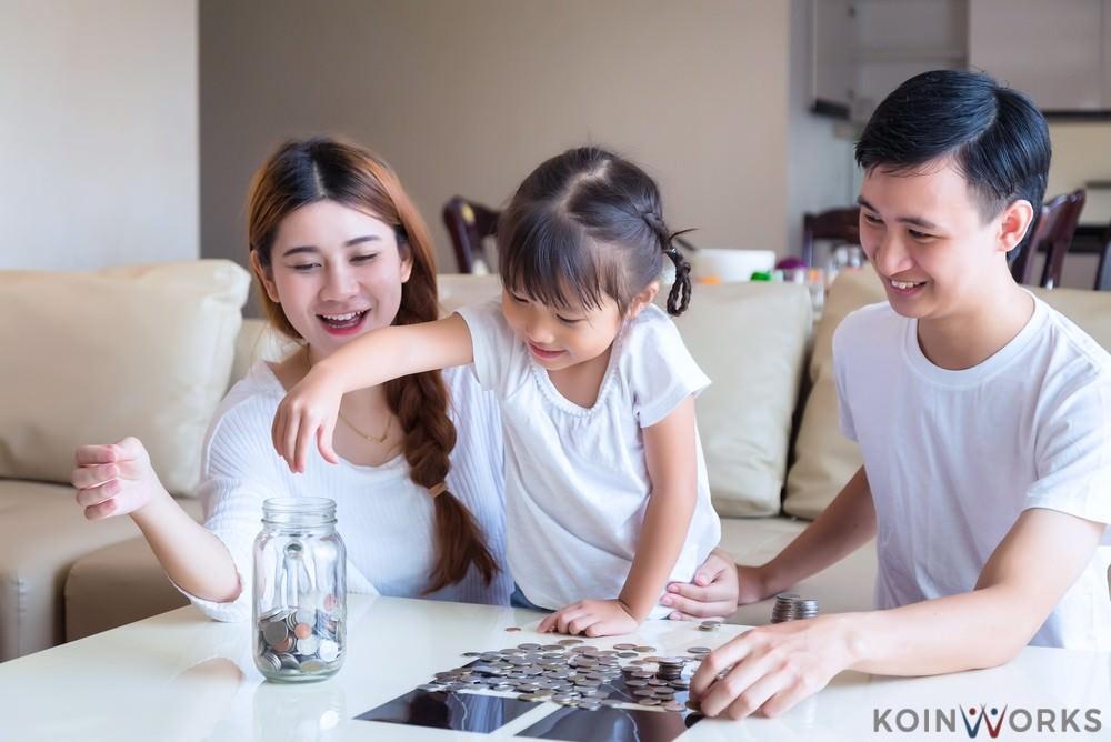anak - keluarga - menabung - menghemat pengeluaran dalam keluarga - 5 Tips Keuangan untuk Keluarga yang Memiliki Satu Sumber Penghasilan - Orangtua Perlu Melakukan 6 Hal Ini Jika Ingin Mengajari Anak Investasi - Jangan Mulai Berkeluarga Jika Belum Mencapai 4 Sasaran Keuangan Ini