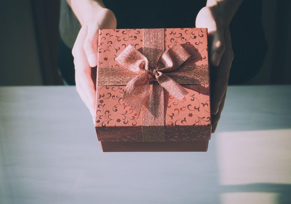 hadiah kado - mengelola bonus perusahaan - Memberikan Hadiah kepada Pelanggan
