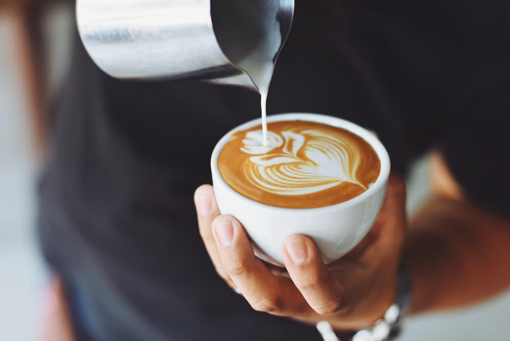 meminum kopi - ngopi -koinworks - bisnis fashion - produk - Anak Muda Wajib Waspada, Ini 3 Penggunaan Kartu Kredit Paling Boros - 5 Bisnis Minuman Terlaris dengan Keuntungan Menjanjikan