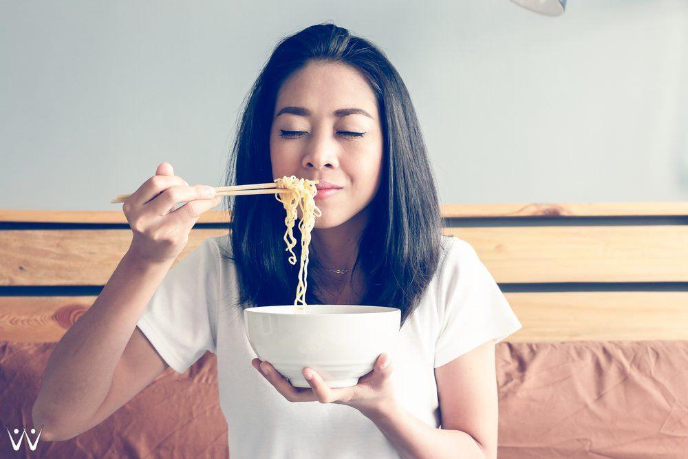 makan mie instan - tidak sehat