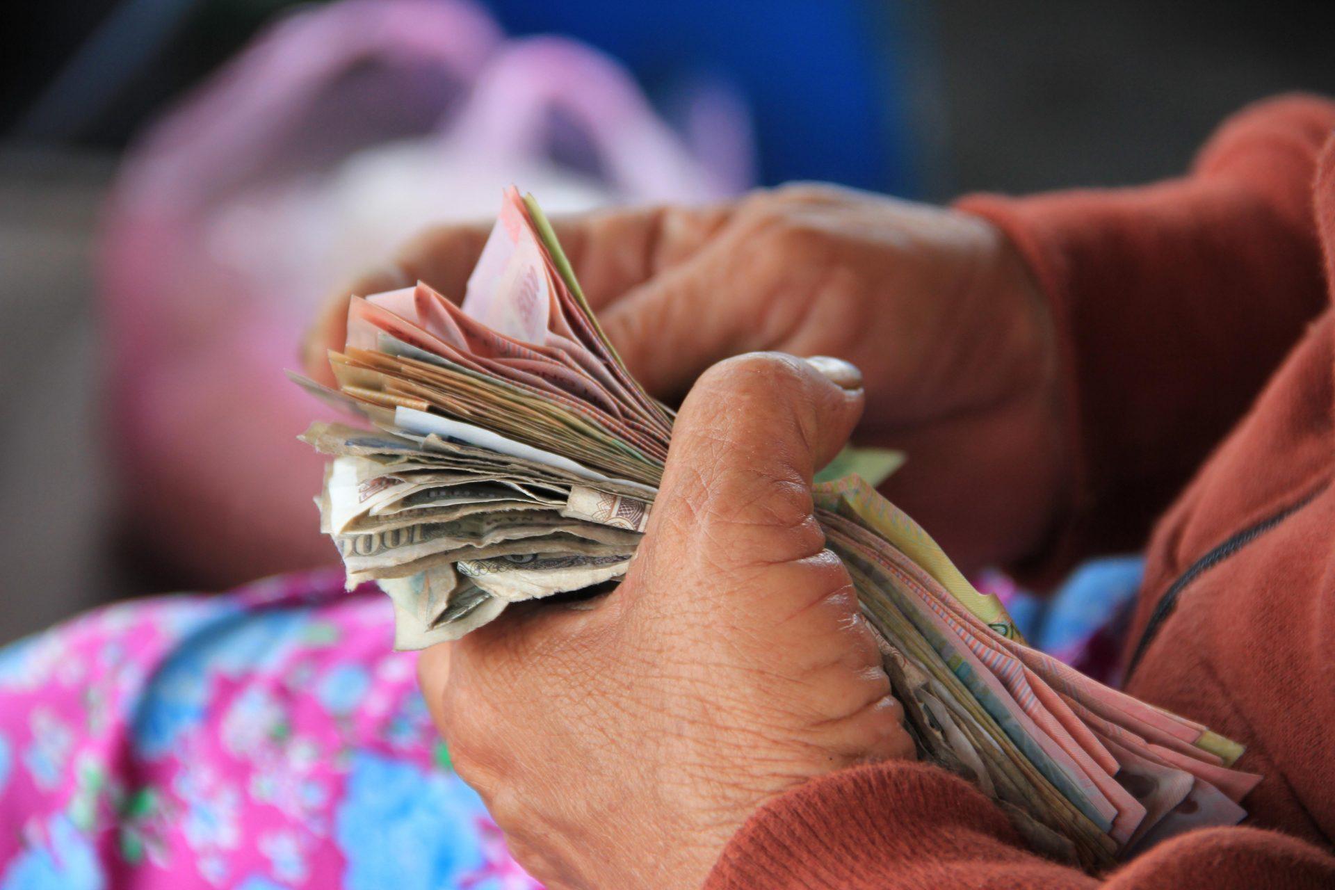 saving money - banyak uang - tips Mengelola Gaji - investasi untuk freelancer