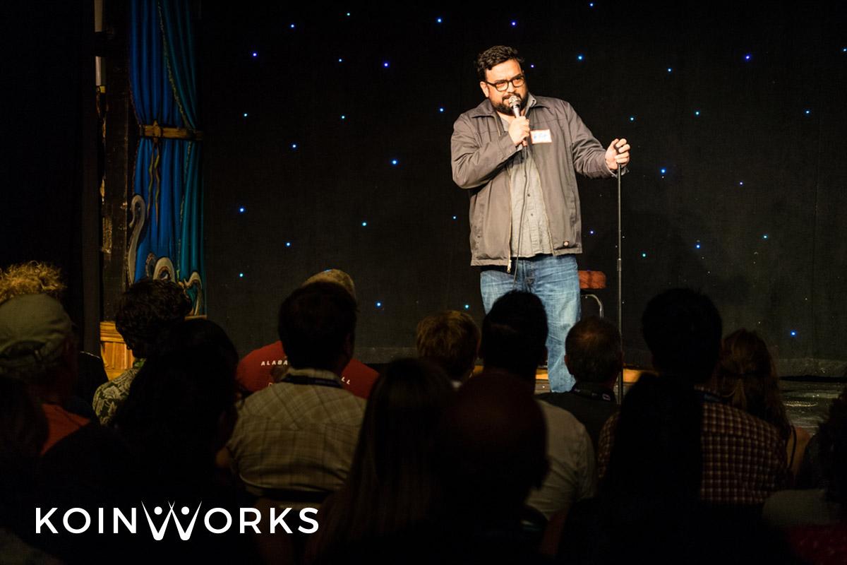 Para Ekstrovert Wajib Coba 9 Pilihan Karier Menjanjikan Ini - standup comedian