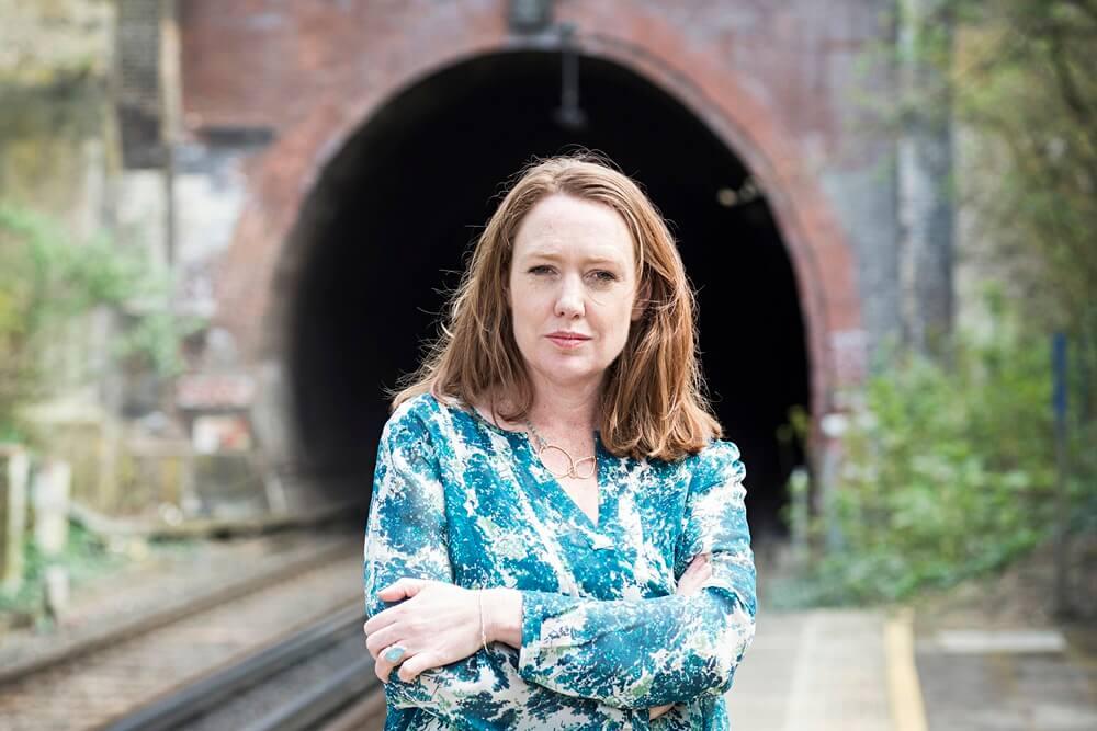 paula hawkins - 5 Penulis Wanita dengan Pendapatan Fantastis di Dunia