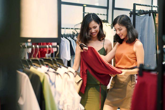 belanja baju - pakaian - shopping - 7 Alasan Anda Tidak Perlu Membeli Pakaian Berdasarkan Tren, Bijaklah Menghabiskan Uang