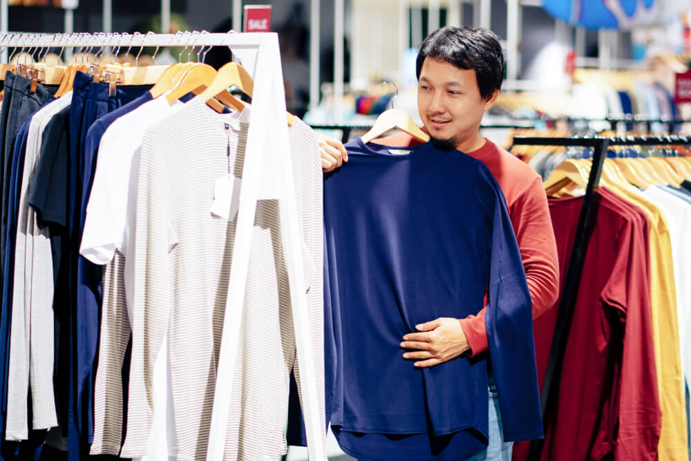 belanja baju - pakaian - shopping - 7 Alasan Anda Tidak Perlu Membeli Pakaian Berdasarkan Tren, Bijaklah Menghabiskan Uang! Mau Tampil Maksimal Tanpa Biaya Mahal? Ini Triknya! - belajar self-love - manajemen keuangan