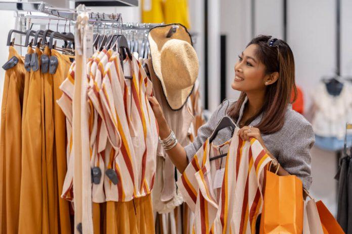 belanja baju - pakaian - shopping - 7 Alasan Anda Tidak Perlu Membeli Pakaian Berdasarkan Tren, Bijaklah Menghabiskan Uang! (5) - Cara Cerdas Menghemat Anggaran Belanja Pakaian - 4 Tips Belanja Hemat Saat Harbolnas Biar Tidak Kalap