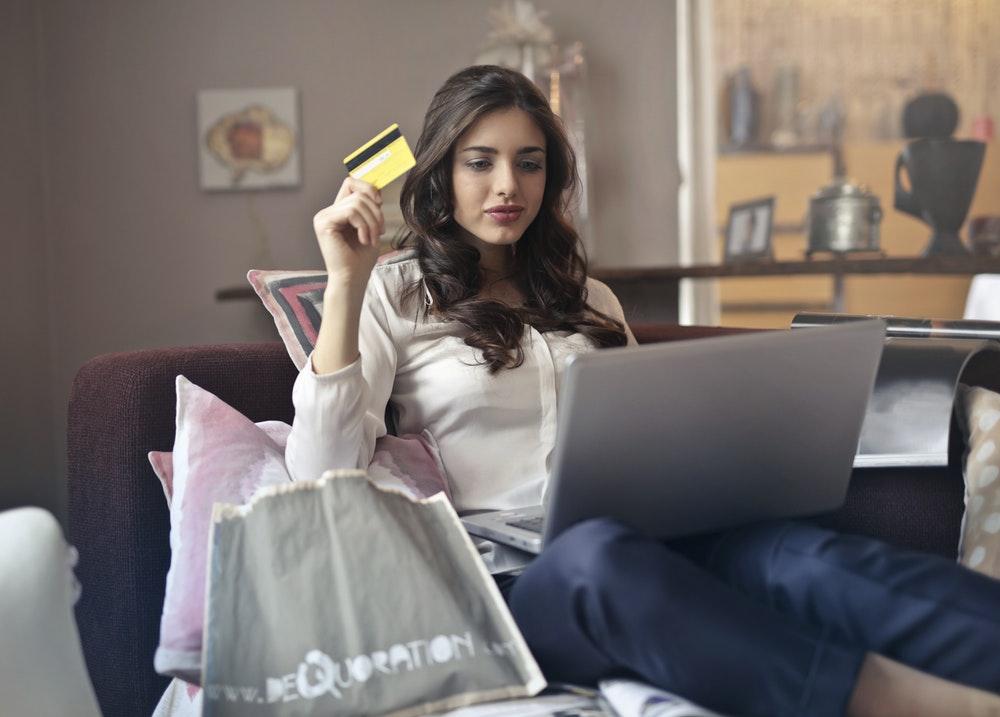 penghasian-kartu-kredit-kartu kredi-dana tambahan-boros-5 Tanda Gaji Bulanan Anda Ternyata Belum Cukup - bijak menggunakan kartu kredit - manajemen keuangan