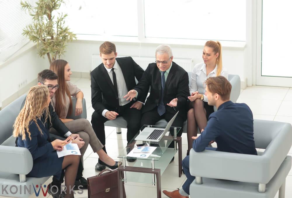 seorang pengusaha berkomunikasi secara terbuka