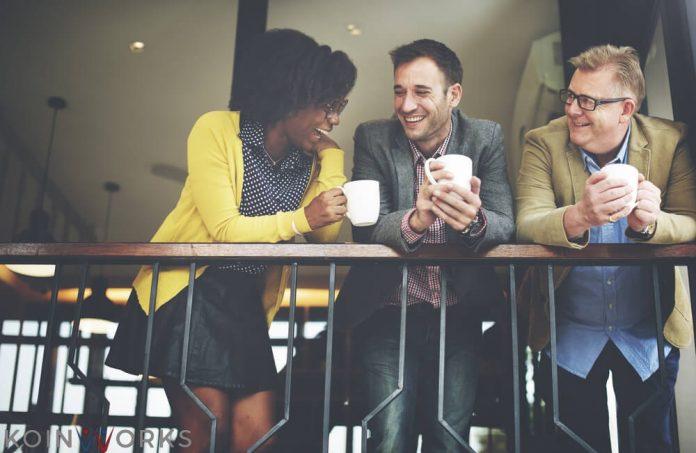 perhatikan wajah dan nada bicara lawan bicara saat komunikasi saat berkomunikasi di tempat kerja