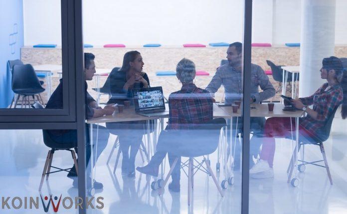 orang kantor berkomunikasi di kantor - 4 Faktor Kepemimpinan yang Membuat Kinerja Tim Tidak Berkembang