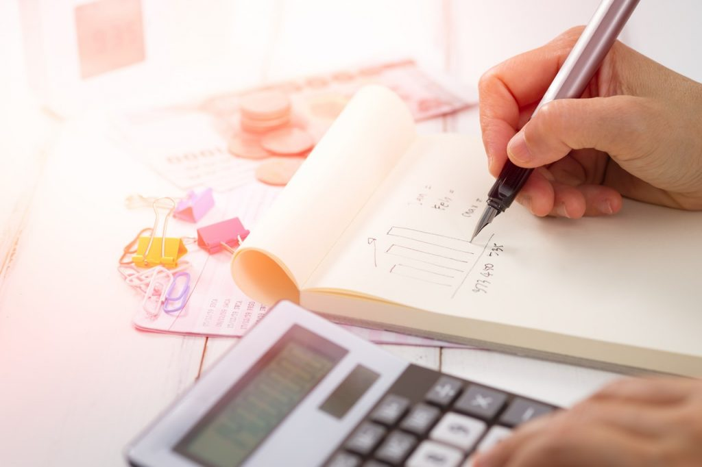 5 Cara Mengatur Penghasilan Agar Terhindar Dari Gaji '15 Koma' - Buat Masa Tua Seindah Senyuman di #AgeChallenge dengan 5 Tips Keuangan Ini! - tips investasi untuk anak muda - kegagalan bisnis - cara mengatur keuangan-menabung- 5 Cara Cerdas Mengatur Finansial untuk Freelancer