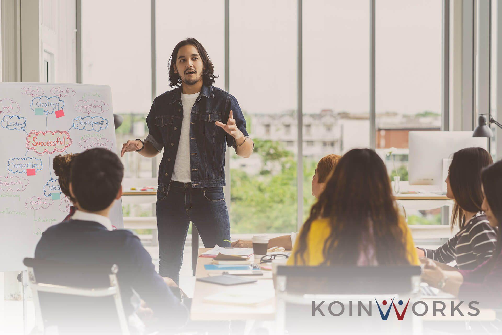 5 Cara Menggunakan Gestur Tangan Saat Sedang Presentasi, Ini Cara Memulainya! (5) - 5 Alasan Introvert Bisa Menjadi Pemimpin Bisnis yang Luar Biasa - berteman dengan kompetitor