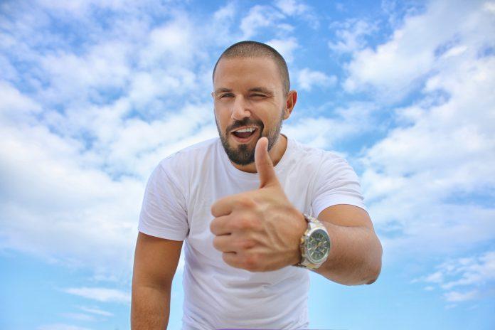 sukses - senang - bahagia - karyawan kantoran - pebisnis (9) - 7 Langkah yang Perlu Dilakukan Agar Sukses Mencapai Tujuan - 6 Tanda yang Menunjukkan Bahwa Anda Akan Berhasil dalam Kehidupan