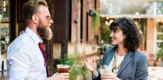 sukses - senang - bahagia - karyawan kantoran - pebisnis (9) - 5 Kiat Diperlukan Manajer Baru Agar Membuat Keputusan Lebih Efektif - 7 Alasan Utama Mengapa Anda Tidak Pantas Menjadi Seorang Manajer - berteman bisnis dengan kompetitor