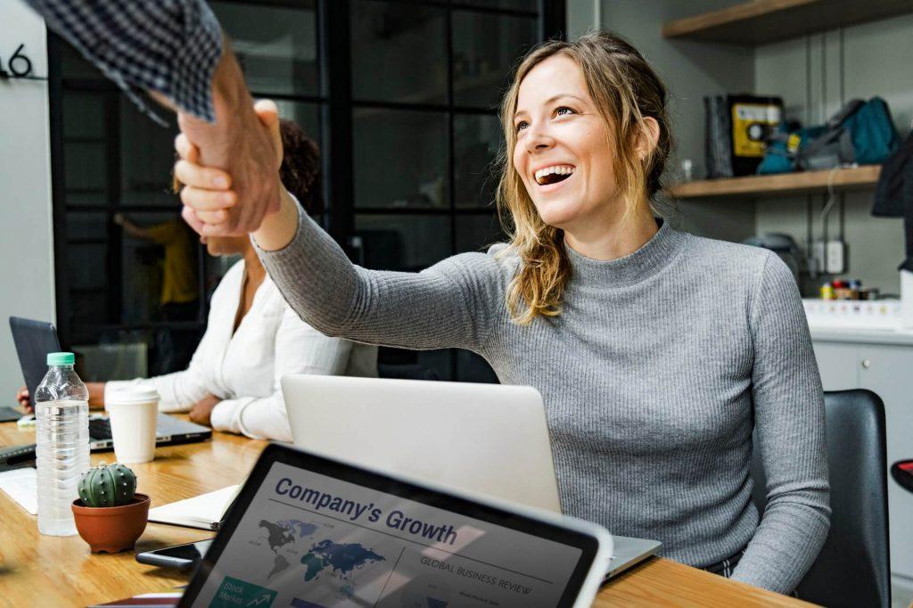 sukses - senang - bahagia - karyawan kantoran - pebisnis -Mendapat Kepercayaan Pelanggan