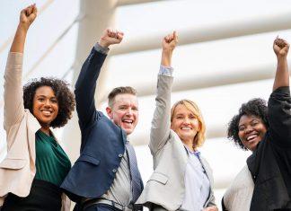 sukses - senang - bahagia - karyawan kantoran - pebisnis (9) - 4 Langkah Agar Mendapatkan Bantuan dari Orang Lain dengan Mudah - 5 Langkah untuk Mendukung Pertumbuhan Karier dan Hidup Anda - 6 Tanda Keberhasilan Hidup yang Membuktikan Anda Bisa Sukses