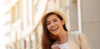 handphone jalan pergi sendiri - cara mengatur keuangan - akun instagram saham- 4 Cara Pintar Mengelola Keuangan untuk Pemula - tren bisnis