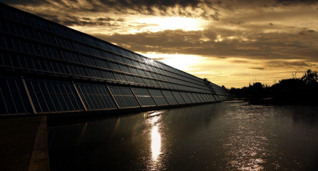 4 Cara Efektif untuk Menghemat Tagihan Listrik di Rumah - panel surya