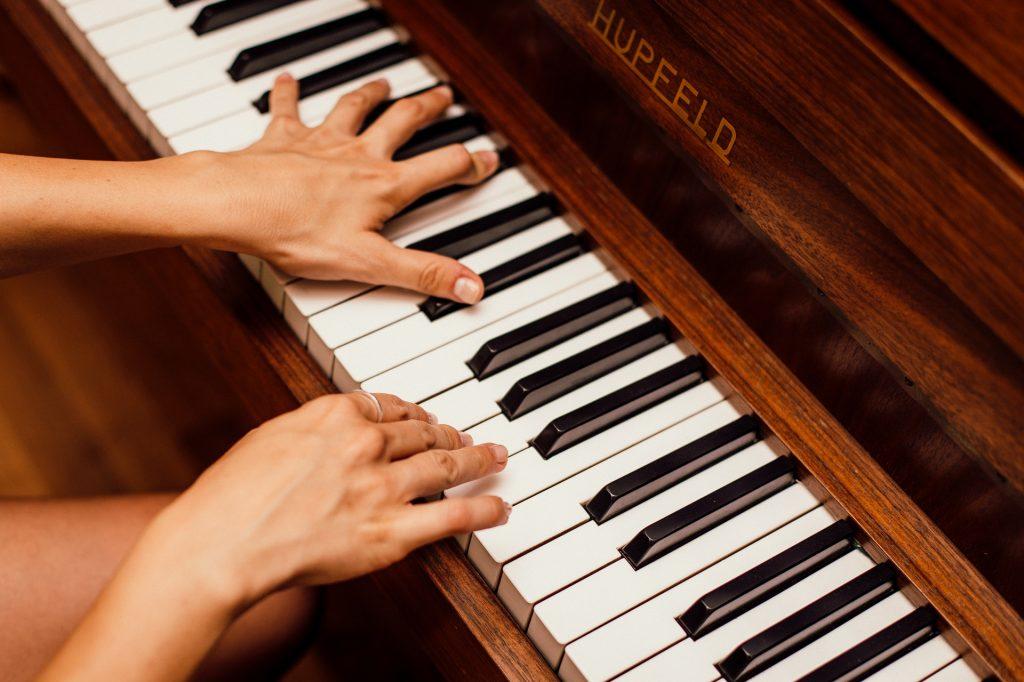 8 Manfaat Tak Terduga Saat Mempelajari Instrumen Musik- sampingan mahasiswa