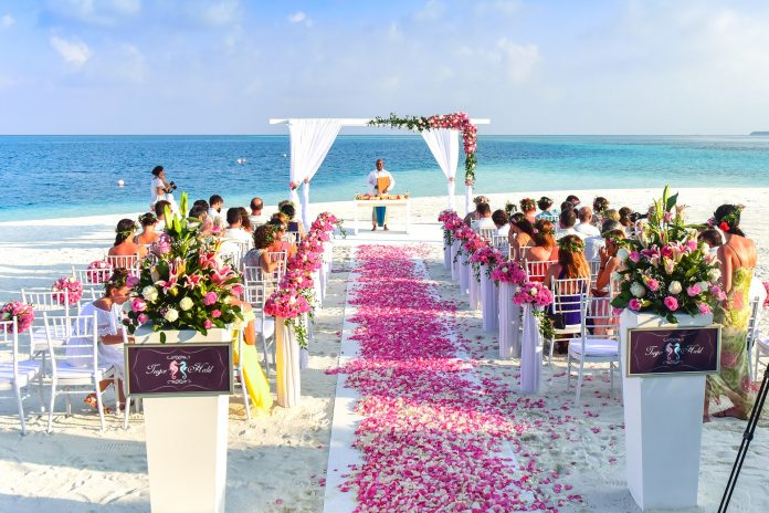 5 Cara Berikut Bisa Menghibur Tamu Pesta dengan Anggaran Terbatas - menikah di gedung atau rumah-menikah tanpa bantuan orang tua