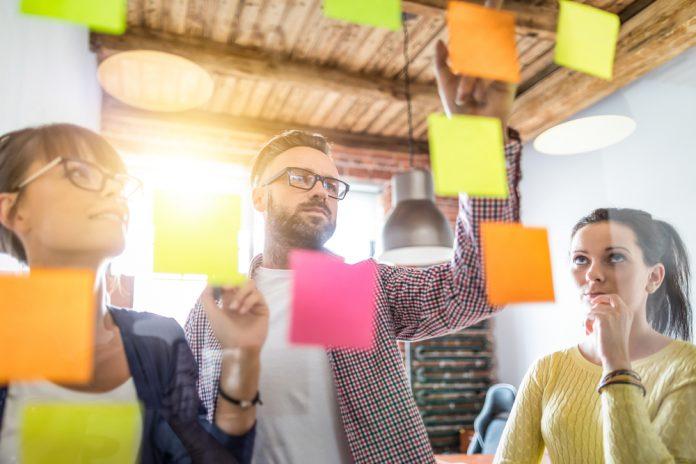 tips-bisnis-tidak egois-brainstorming - Strategi Mempertahankan Bisnis - berteman dengan kompetitor